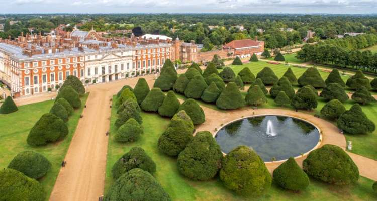 The Royal Gardens and the Hampton Court Palace